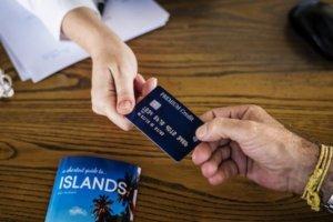 Manos traspasando una Tarjeta de Crédito