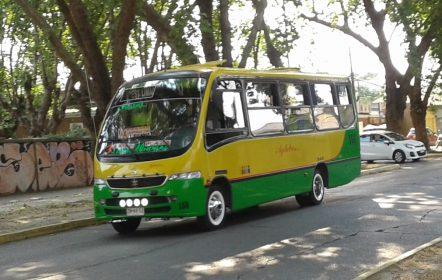 Bus que debe desplazarse con seguro obligatorio para transporte de personas
